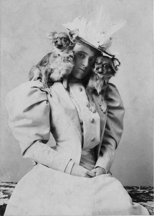 Edith Wharton med två valpar.