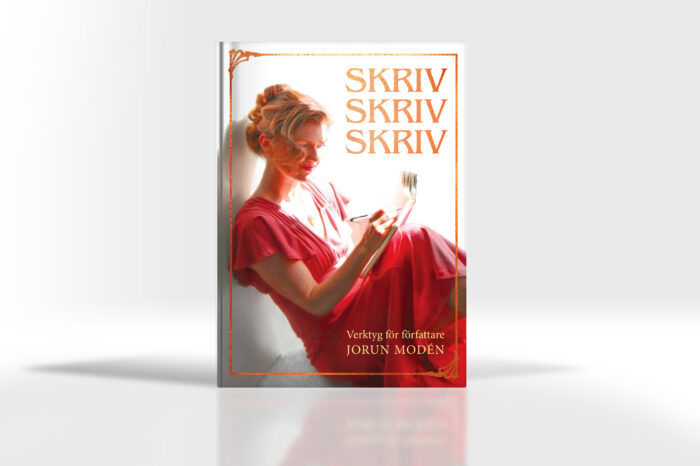 """Boken """"Skriv Skriv Skriv – Verktyg för författare"""" sedd framifrån. Omslaga och inlaga av Carl Stjärnlöv. Foto: Seida Krauze Modén"""