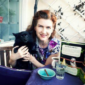 Din lärare på författarkursen blir Jorun Modén, författare och grundare av Författarkurs.se - här med sin hund Shiva.